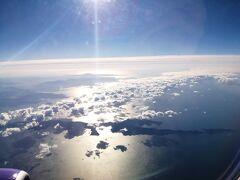 時速900キロ前後で巡航しているらしく、30分もたたずに四国も見納めです。 四国最後の景色は佐田岬でした。