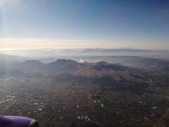 着陸態勢に入り、阿蘇山に最接近します。  カルデラの中の上空を飛んでいます。 この説明で伝わるでしょうか?