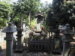 豪徳寺と言えば彦根藩井伊家の菩提寺。井伊家と言えば有名なのが桜田門外の変で殺された井伊直弼の墓。