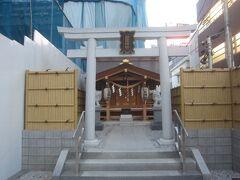 更にその先には秋葉神社  表参道に面した狭ーい境内です