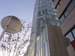 青山通りを渋谷方面へ 港区と渋谷区の境あたりにあるAo 紀ノ国屋本店跡地に建ち、同店はこのビルの地下に再出店しています