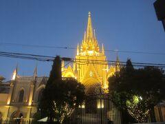 正面に現れたのは青山セントグレース大聖堂  欧風のゴシック建築教会のような建物ですが、結婚式専用の商業施設だそうで、キリスト教教会ではありません