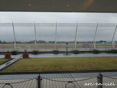 お宿から、タクシーで鹿児島空港へ。 空港は、どんより曇っていました。