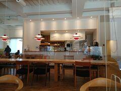 それから、匠館というところの1階でお茶。 ここは、喫茶スペースもあり、おみやげ物売り場も充実しているし、上では高山の重厚な匠の家具も観られる。