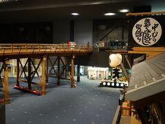 常設展示室に入ってまず目に入るのが、江戸時代に架けられた「日本橋」の復元模型。存在感たっぷりのこの模型は、実際の江戸時代の橋と同じ木造で、幅も原寸大で再現されています。