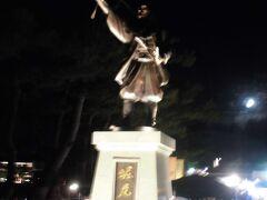 堀尾吉晴公の像が松江城の入口。迫力ある光り方をしています。