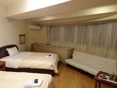 調布飛行場に帰着後、翌日のジェット船と今夜の宿を予約して、熱海の宿へ。1泊朝食付で7645円がGo toで4970円。ソファまである広い部屋でした。