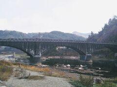 山国川の上流から見た羅漢寺橋。 大正9(1920)年9月に完成した橋長91メートルの三連アーチから成る石橋である。