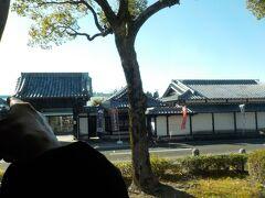 空港の近くにも西郷さんがいるみたいで、バスの中から撮れるかなあ?ダメでした。この家の奥にいます。