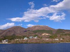 龍宮殿本館の後ろに駒ヶ岳ロープウェイ 龍宮殿本館は日帰り温泉、ここのお風呂から見る富士も素敵ですよ!