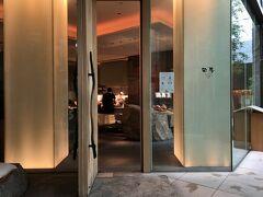 東京・六本木『Grand Hyatt Tokyo』6F  『グランド ハイアット 東京』の【日本料理 旬房】の写真。  何年か前にこちらでランチクーポンを使用しました。  四季折々の新鮮素材を選りすぐり、 真の日本の味覚を味わっていただける日本料理。 店内は香川県産の庵治石、岩、 木目の質感など自然の美しさを活かした空間。 明るい個室に加え、洗練された落ち着いたデザインの 離れの料亭は、 ご家族での会食からビジネスでのご利用まで、 あらゆる要望にお応えいたします。