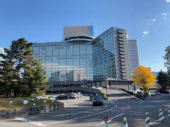 """東京・赤坂『HOTEL NEW OTANI TOKYO』ザ・メイン  『ホテルニューオータニ 東京』の外観の写真。  なんだかとても美しい。。  ホテルニューオータニは、厳格な審査項目により一流のホスピタリティ を格付けする世界有数のトラベルガイド「フォーブス・トラベルガイド」 2021年度格付け評価ホテル部門において、エグゼクティブハウス 禅が 2年連続で最高評価の5つ星を、ザ・メインが初めて4つ星を 受賞いたしました。 1964年 東京オリンピック時に開業した当ホテルは、 日本初""""9つ星""""ホテルとして新たな一歩を踏み出します。"""