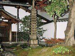 圓徳院境内の石塔。