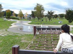 10/10(土)  https://4travel.jp/travelogue/11663946 の続きです。 いよいよ青森市内に入ってきました。  娘が体を動かしたい!ってことで、八甲田山からの下り途中にあるこちら、「青森市スポーツ公園わくわく広場へ。