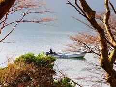 湖面をボートが滑る。  かつては同じように一生懸命トラウトを追いかけんだけれど・・・