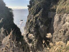 「山ふたつ」展望台からの眺め。江の島がここで2つに割れているという断崖です。 この右側の岩の下が、江の島岩屋です。