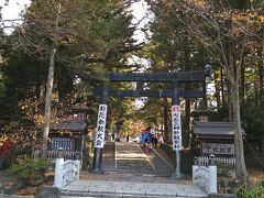 道路はスムースに通行できたので、午前10時に諏訪大社秋宮に到着しました。秋の静謐な空気が漂ってきます。