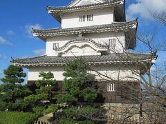 青空に白壁が映えて綺麗な重要文化財「丸亀城」天守です。 コンクリートの復原のお城が多い中、現存天守は魅力的です。 観光案内所で入手したパンフレットに入館料20%割り引きのクーポンがありましたが元値が200円なので40円引きです。