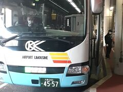 AM7時58分。大阪伊丹空港行きのリムジンバス乗り場に到着。  既にリムジンバスも到着していた。