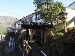 左には旅館も!バス停から近くて便利そう、晴山荘。