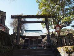 苔むしたコンクリートの鳥居の神社です。 芦ノ湖畔の箱根神社の分社。 4/13には大小のお神輿が出るそうです。