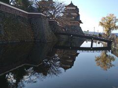 「アンバード」で一服した後、諏訪のお城である高島城址を訪れました。天守とお濠のベストショットです。