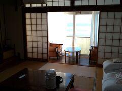 和室ですね。古いですがきれいにしてあります。 冷蔵庫がないのは痛い。あとテレビが小さいかな。 布団は置いてあるから自分達でセットするのでしょう。