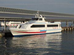 小豆島に行くにはジェット船とフェリーと二つの方法があります。 8:20 往きはジェット船を使いました。 フェリーより約半分の時間で到着しますが値段は少し高くて片道1,190円。
