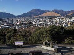 湯けむり展望台より、鉄輪温泉街~別府鶴見岳方面を望む。