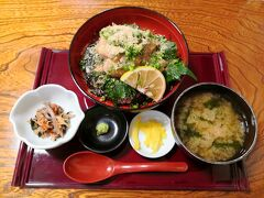 大分名物、琉球丼。 大分なのに、なぜか琉球。 アジに白ゴマやネギ、シソが盛られた丼。 むちゃくちゃおいしい。 食彩 元屋 さんにて。