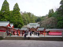 朱塗りの社殿は荘厳かつ豪華絢爛な姿でした。