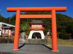 店をいくつか通り過ぎると龍宮神社があります。平成23年から1年もの工期で建立されたとか。 元々は豊玉姫を祀ったところから、色々な歩みを経て現在の建物になったようです。地元の方の想いが詰まった神社と感じました。