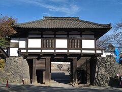 小諸城三の門です。とても風情があります。島崎藤村の「千曲川旅情の詩」が自然に口から出てきました。
