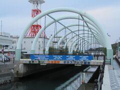 出発後すぐ、世界一狭い海峡としてギネスにも認定されている「土渕海峡」を「永代橋」を通りながらチラッと車窓左に見学