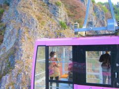 12:00 定期観光バスの乗客はこの便のロープウェイに乗って山麓の「こううん駅」まで降りると、下でバスが待っています。 約5分の乗車です。