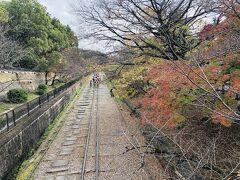 蹴上・インクライン  小学生の遠足みたい  苔寺を出るときに 移ろいゆく季節の無常観とともに 空腹を感じてたのよね。 何か、何か食べるものを!