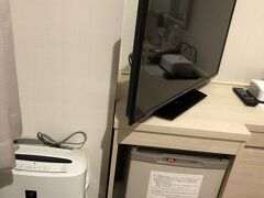 2020年12月20日(日)那珂川クルージングを終え、100円バスでホテルに戻ります。博多駅筑紫口から徒歩1分。マースガーデンホテル博多です。JALパックに1泊2食付きで付いていて、別に個人で1泊付けました。加湿器付き空気清浄器と冷蔵庫、テレビ。