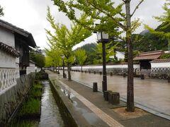 白壁に囲まれた殿町通りに武家屋敷が並ぶ風情のある通りをのんびり~と・・・  ではなく忙しく歩きました  見てのとおり、地面が濡れてる!ということは、雨が降っているんですよー!