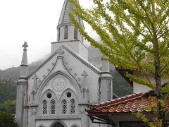 殿町通りにある白亜の教会「津和野カトリック教会」 城下町に佇む教会はひと際目を引きますね    お写真を撮っていたら教会の方が「中にもどうぞ~」と声をかけてくださいましたが、足元がビーサンでグチャグチャ  ご迷惑をおかけするのでお断りました  教会の中は畳が敷かれていたり、ステンドグラスが美しいそうですよ