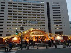 福岡市役所ふれあい広場のクリスマスマーケット正面
