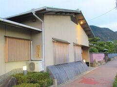 16:45 予約してあった「日本料理 島活」着。 しっとりとした外観です。