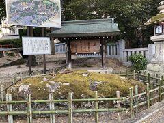 吉備津神社に到着。入り口にある矢置石。矢置石は矢立て神事に使われるそうです。
