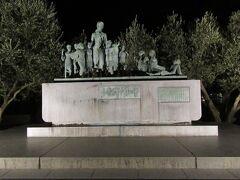 18:25 港の広場にある「平和の群像」。 バスから朝見ただけだったのでフェリーの時間も迫っていたのですが写真を撮りに走ります。