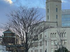横浜三塔のうちの2つ、クイーンとキングを 一緒にパチリ。  右側の白い塔がクイーン(横浜税関) 左奥の茶色の塔がキング(神奈川県庁)