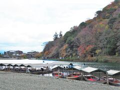 宝厳院からは歩いて5分ほど 一旦桂川沿いに出て渡月橋とは逆方向へ進みます。