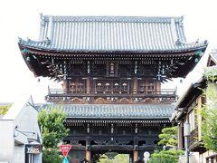 すぐ近くの清涼寺 仁王門、迫力ありますね~! ナイスなタイミングで人力車が通ってくれました。