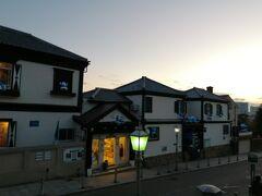 他にも洋風の建物が並んでいました。 ぽつぽつ灯りが付き始めて、あったかい雰囲気です。