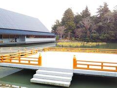 「せんぐう館」と「勾玉(まがたま)池」☆ イベントスペースもあります。