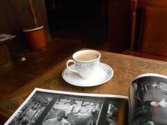見つけました。珈琲館。焙煎珈琲。市中唯一のカフェと三代目店主から。 しかもあの写真集も購入可。すごいよ、神様。 昨日市内一という宮脇書店でも置いてなかったから。  スタンドの小嶺さんも載ってる。完璧。