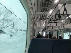 雪景色をゆっくり見るために新幹線はやめて、長岡駅から上越線で越後湯沢駅に向かうことにしました。  小千谷を過ぎたあたりから雪の量がすごくなってきます。